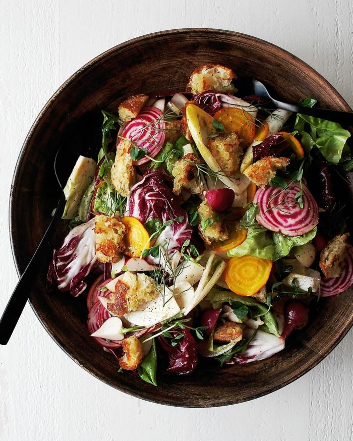 propuestas de ensaladas para cenar, ensalada con cebolla roja, col, lechuga, trozos de pan y quesos