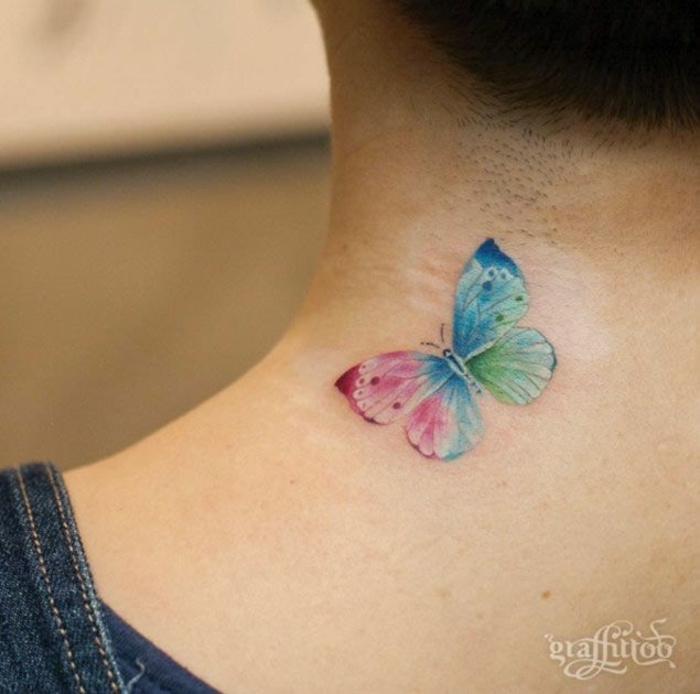mariposa tattoo en la nuca, detalle colorido tatuado en el cuello, tatuajes bonitos que inspiran
