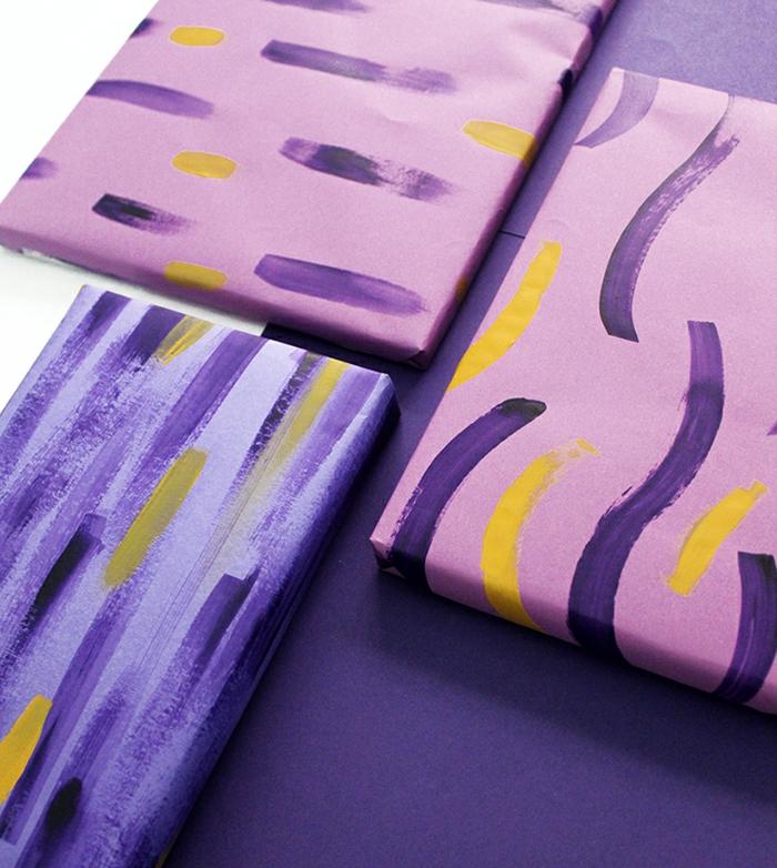 ejemplos sobre como envolver un regalo original, papel embalaje en los tonos del color lila y dibujos con acuarela