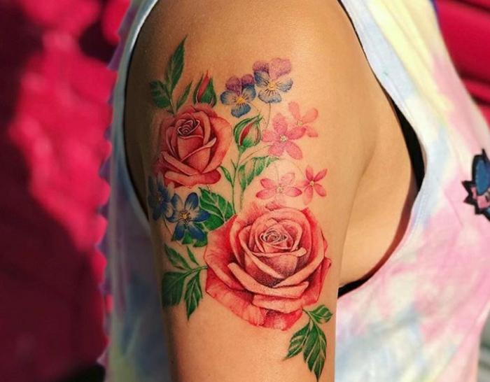 diseños de tattoos en colores, tatuajes hombro bonitos en diferentes colores, rosas rojas significado