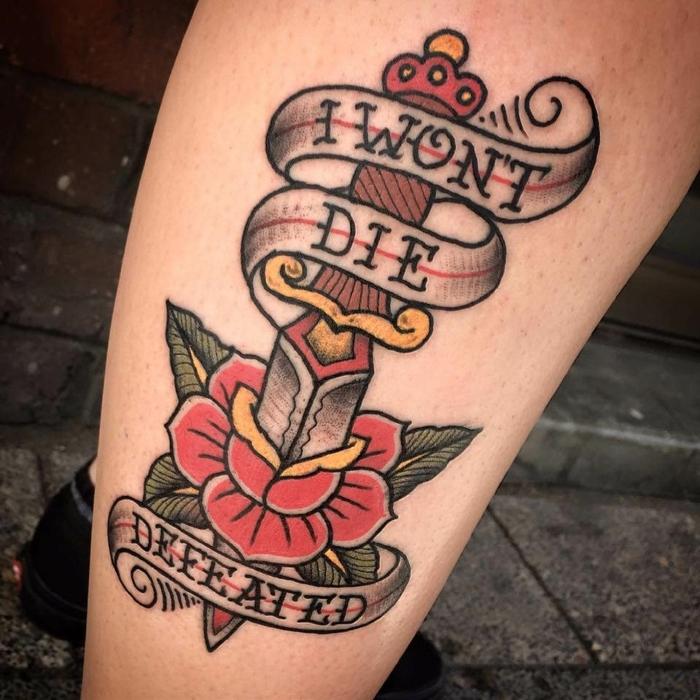tattoo con letras y rosa old school, tatuajes en estilo vintage con significado, diseños en colores