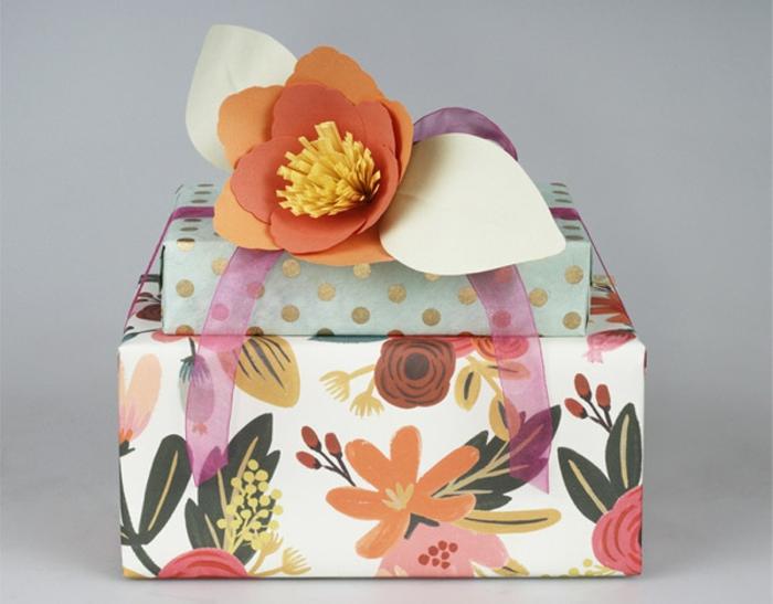 las propuestas más bonitas de cajas de regalos decoradas a mano, papel de regalo con estampado de flores