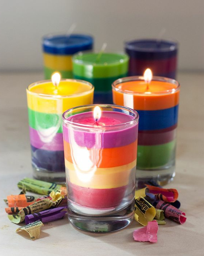 velas coloridas en diferentes colores, como hacer velas caseras de lapices de color paso a paso