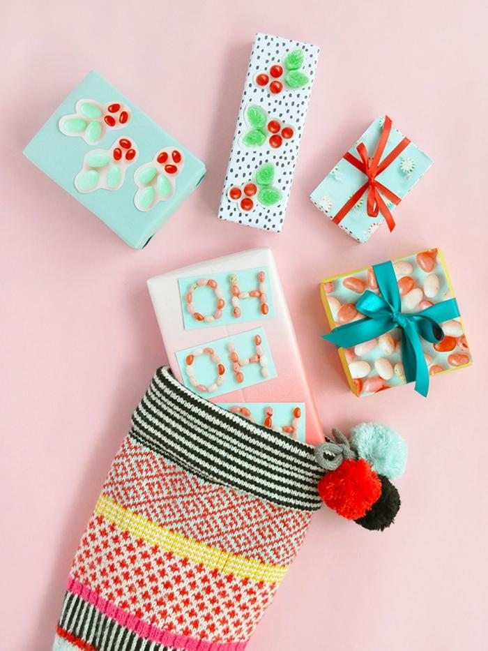 decoración original y fresca de cajas para regalos, pegatinas con frutas y caramelos, como envolver un regalo originalcomo envolver un regalo original