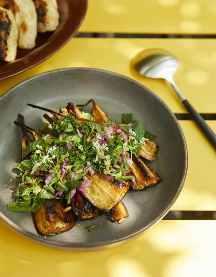 ensaladas para cenar originales, calabacines a la plancha con verduras, originales propuestas de entrantes