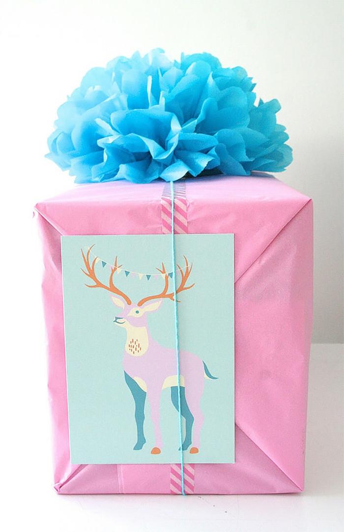 papel de regalo color rosado, bonita tarjeta en colores pastel y decoración en forma de flor color azul