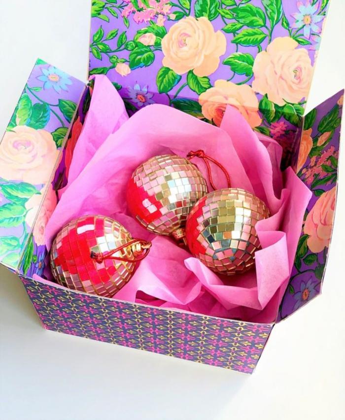 cajas par regalos DIY en bonitos colores, caja en flores con papel en color rosado, regalos para Navidad