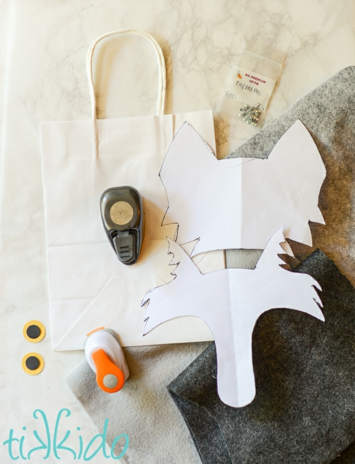 ideas sobre como envolver un regalo de forma creativa, detalles de fieltro originales paso a paso
