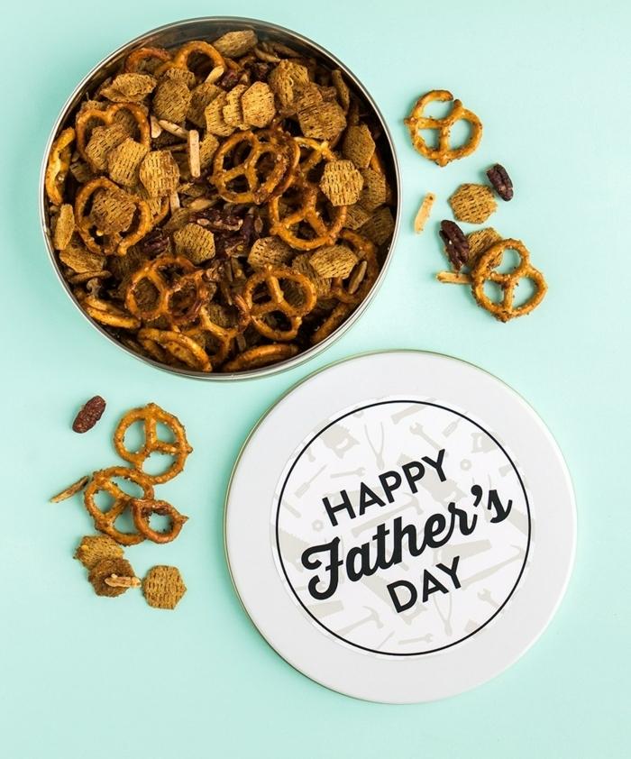 divertidas propuestas de regalos para papa, caja con snacks para regalar en el Día del padre