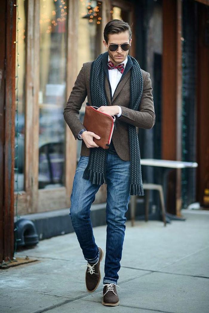 maravillosas propuestas de ropa informal hombre, como combinar vaqueros con abrigo elegante