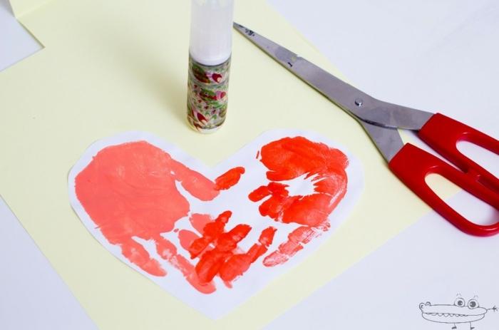 regalos para padres hechos a manos, adorables tarjeta DIY con huellas de manos en forma de corazón