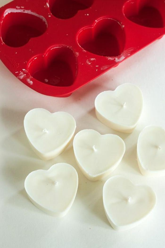 cómo hacer adorables corazones de velas caseras, velas hechas a mano en forma de corazón para el día de San valentín
