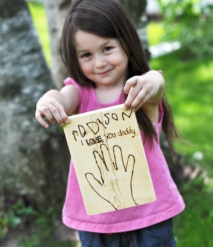 ideas de regalos para padres con fuerte mensaje, cuadro decorativo con dibujo infantil