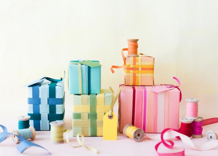 cajas coloridas con regalos decoradas con cintas de papel en colores, como hacer una caja de papel