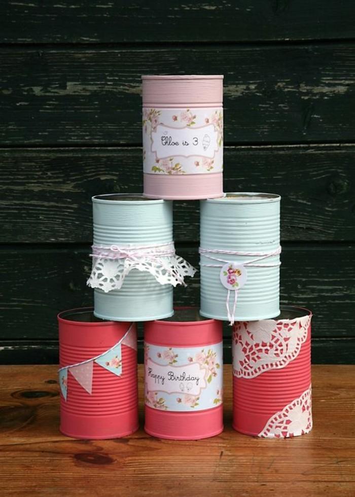 ideas de manualidades con latas de refresco, latas pintadas en colores decoradas con pequeños detalles