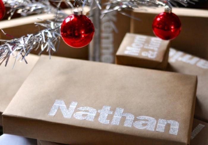 decoración de regalos original con papel periódico, propuestas super atractivas de embalaje de regalos con letras de papel