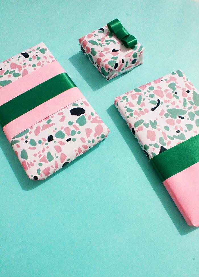 adorables propuestas sobre cómo envolver unos regalos con papel de regalo paso a paso