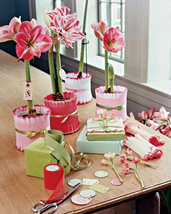 decoración macetas con flores con papel craft en colores pastel, cómo adornar una caja de regalo