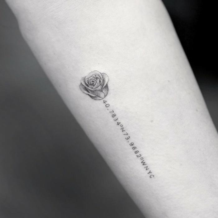 bonitos y elegantes diseños de tatuajes con rosas con significado personal y único, tattoos en estilo minimalista