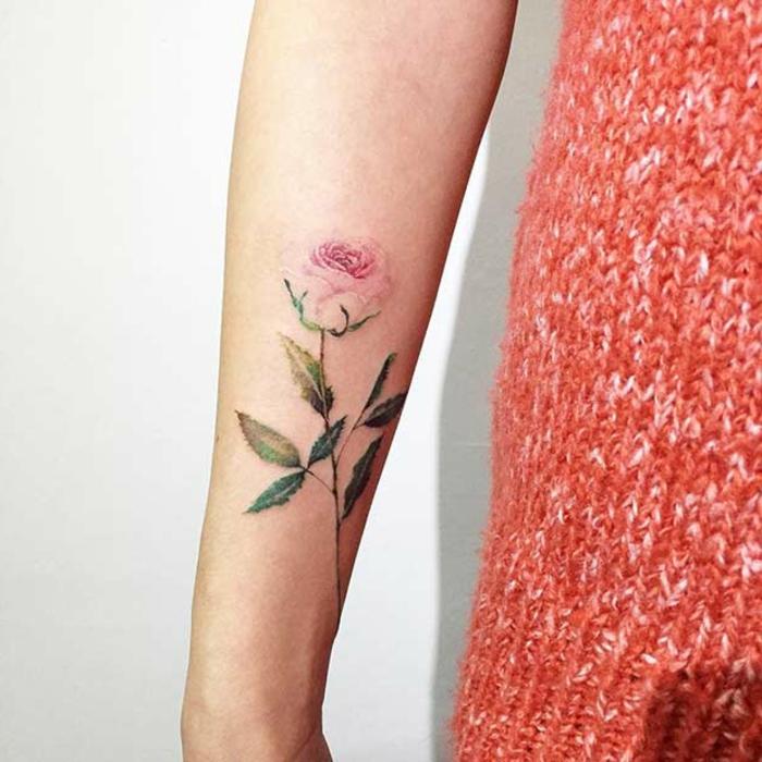 fotos de tatuajes con rosa, tatuaje rosa en el antebrazo, diseños de tatuajes elegantes y delicados
