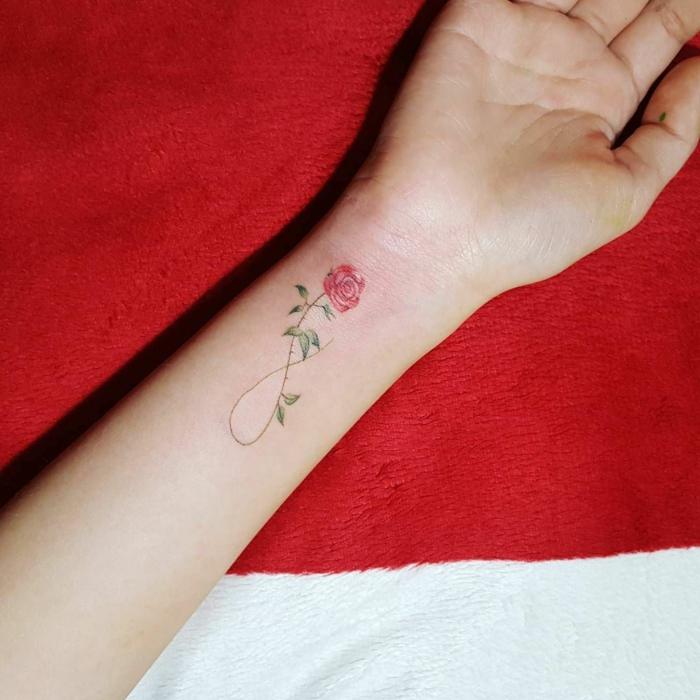 tatuaje antebrazo mujer con el signo de la eternidad y una pequeña rosa, diseños de tatuajes para mujeres