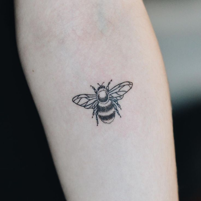 fotos de tatuajes en estilo minimalista tatuados en el antebrazo, pequeños detalles con fuerte significado