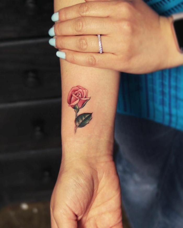 precioso tatuaje en la muñeca con una rosa, fotos de tatuajes con flores y rosas y explicación de los significados