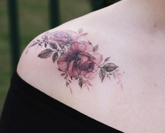 preciosos diseños de rosa old school tatuada en el hombro, tatuajes con rosas super bonitos