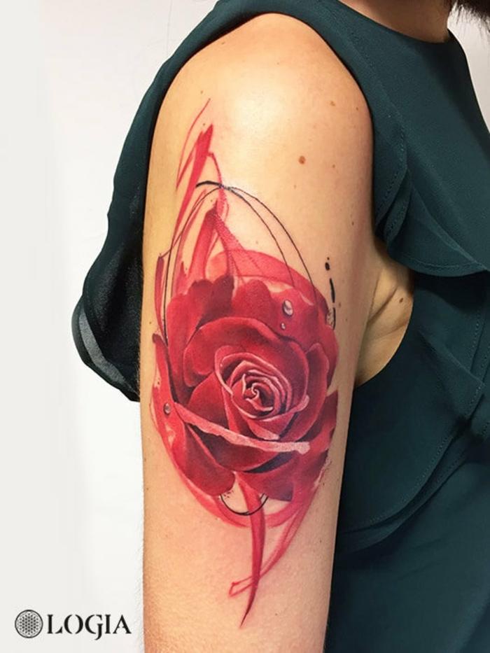 grande tatuaje con rosa old school, tattoo en el brazo en color rojo, significado de los tattoos con flores