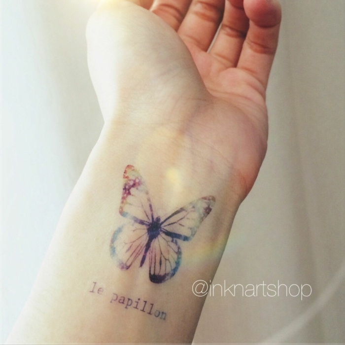 ejemplos de tatuajes en el antebrazo con mariposas y letras, ideas de tattoos con significado