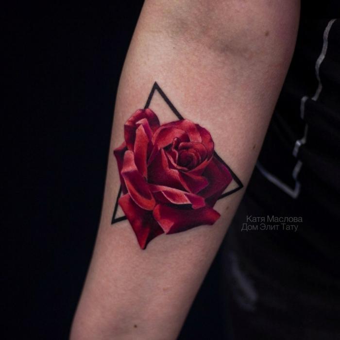 bonito tatuaje geométrico con rosa old school, tatuaje triángulo y rosa en color rojo en el antebrazo