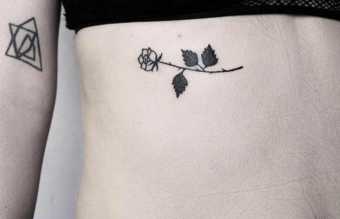tatuajes con rosas de diseño original, rosa horizontal tatuada en las costillas, tattoos tinta negra