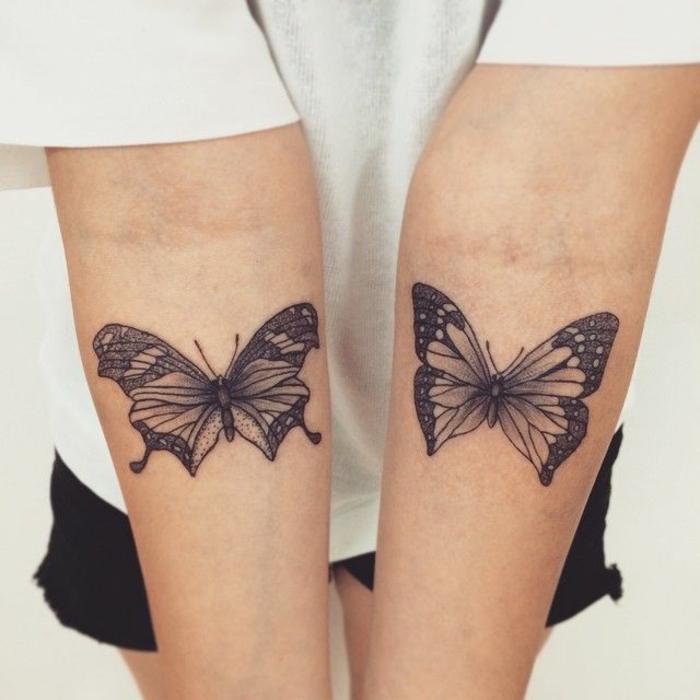 dos tatuajes en el tatuajes en el antebrazo negros con antebrazo, mariposas en color negro