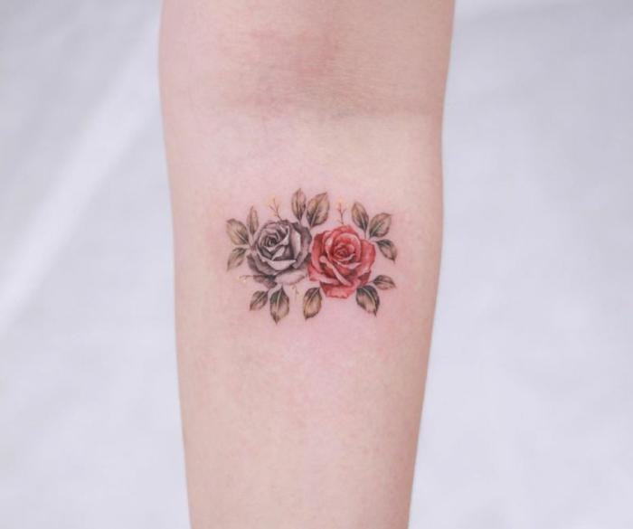 adorables pequeñas rosas en negro y rojo tatuadas en el antebrazo, tatuajes con flores y rosas