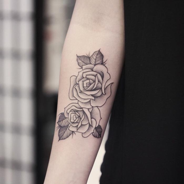 fotos de tatuajes con rosas, bonito tatuaje en el antebrazo con tinta negra, dos rosas de tamaño grande