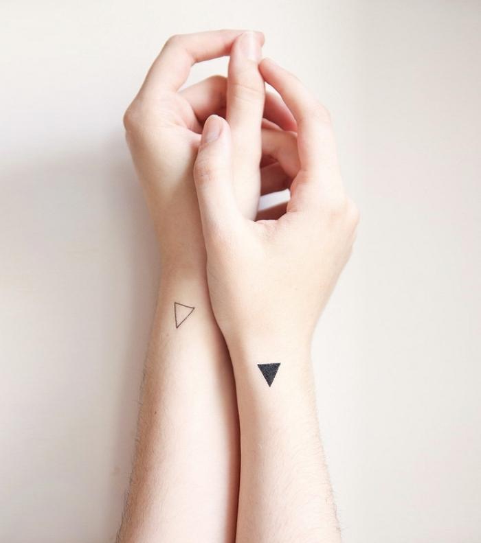 dos pequeños tatuajes en la muñeca, ideas de diseños de tatuajes para parejas, bonitas fotos de tatuajes