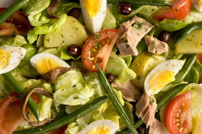 ideas de ensaladas verdes y nutritivas, ensalada con tomates, huevos cocidos, tomates y aceitunas