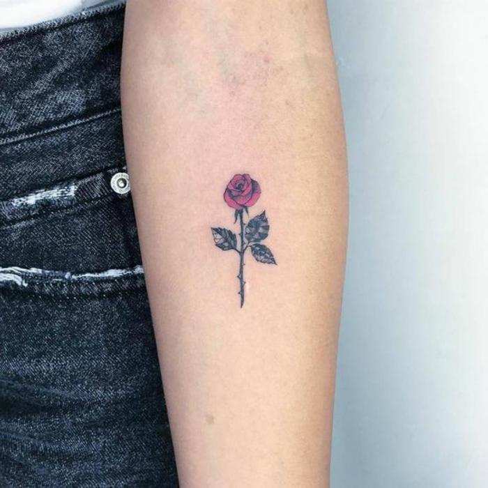 tattoos con rosas de colores, bonito tatuaje en el antebrazo, diseños de tatuajes con rosas y flores
