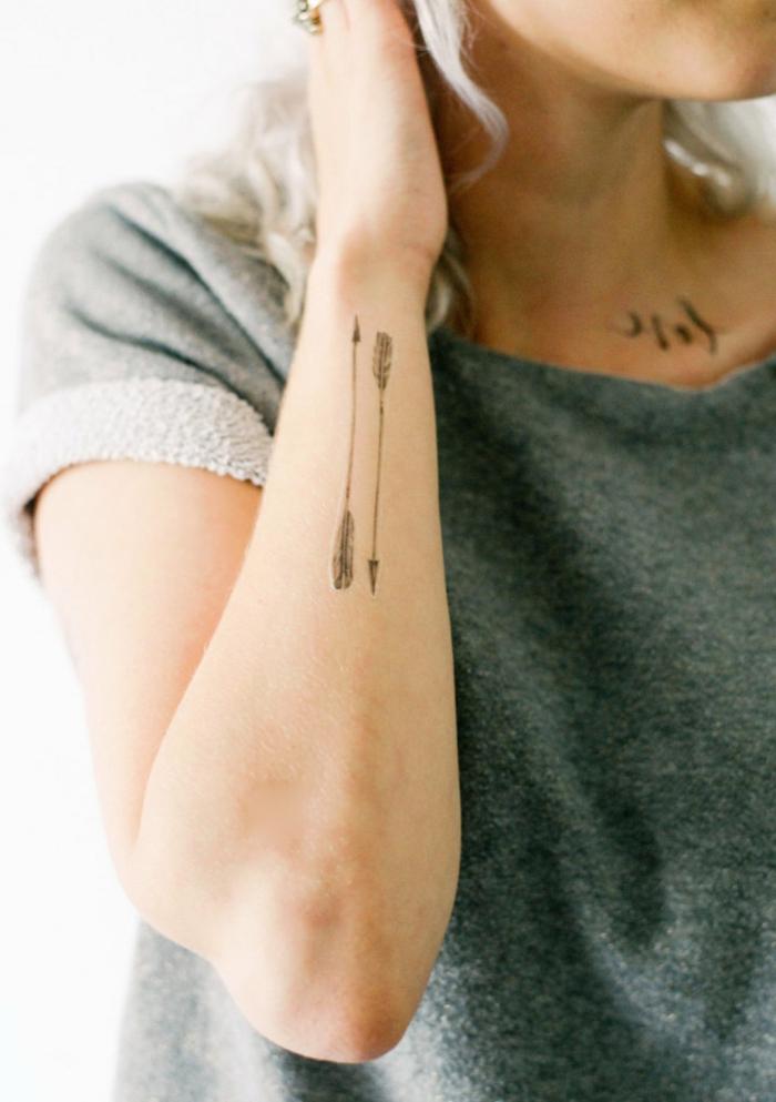 tatuaje adhesivo mujer en el antebrazo, diseño con dos fechas, ideas de tatuajes adhesivos