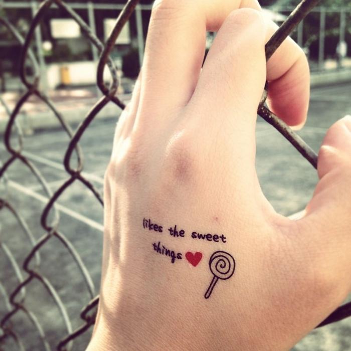 diseños de tatuajes originales con letras, precioso tattoo en la mano, ideas de tatuajes caseros originales