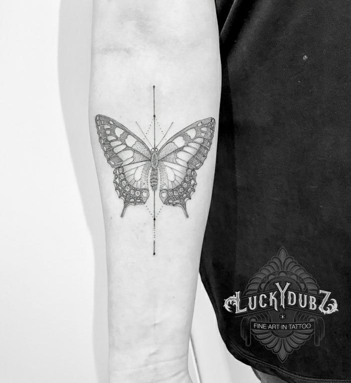 diseños de tattoos geométricos con mariposas para hombres, bonito detalle con mariposa tatuado en el antebrazo