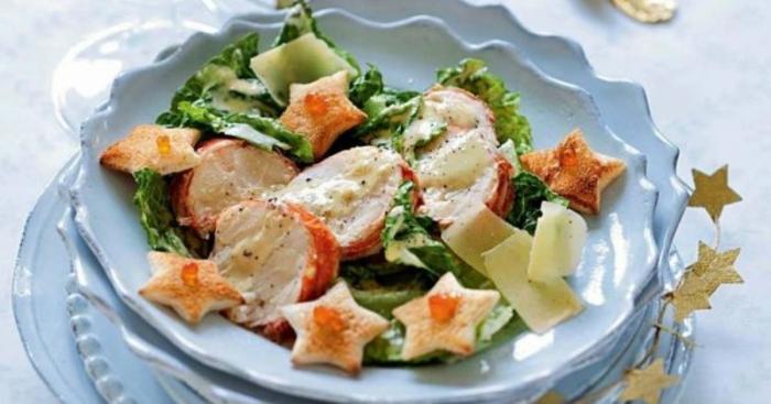 ensaladas verdes ricas en nutrientes, tipos de ensaladas clásicas, ensalada caeser decorada con estrellas de pan