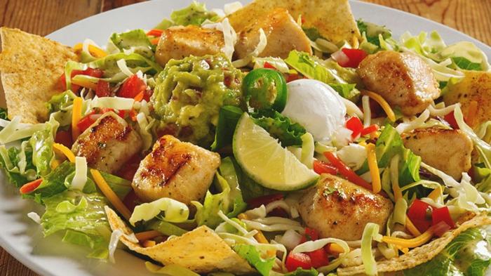 ensalada taco con trozos de pollo, guacamole, lima y pimientos verdes, propuestas de ensaladas para cenar
