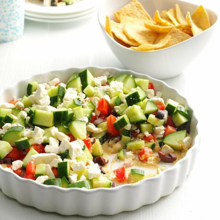 ensaladas ricas y fáciles de hacer para comer con nachos, ensalada de pepinos, queso blanbco y tomates