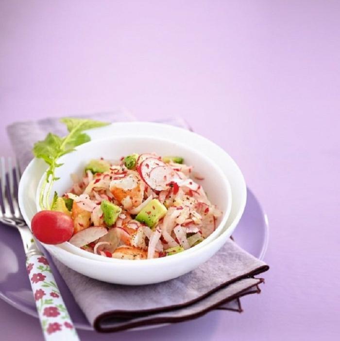 ideas de ensaladas con aguacate únicas, ensalada con trozos de aguacate, gambas, rabanos y cebolla
