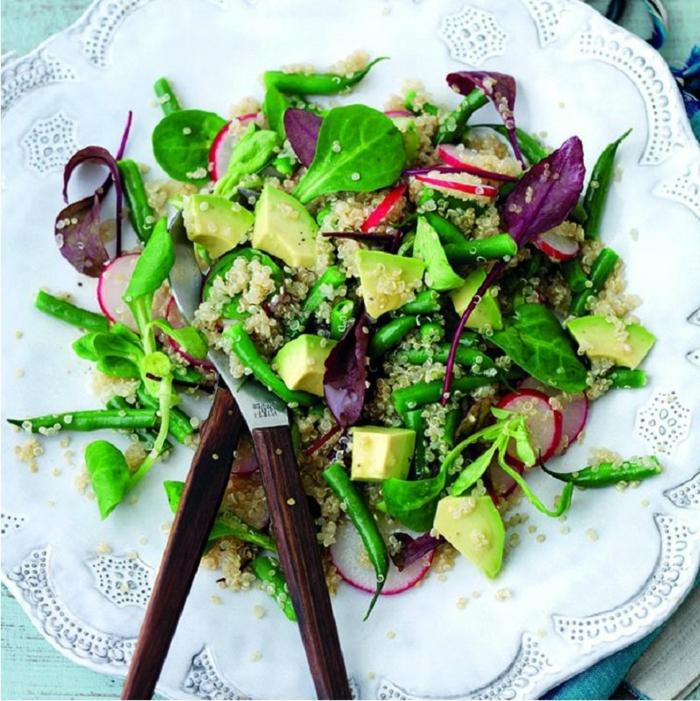ensaladas verdes super saludables y ricas, ensalada con quinoa y aguacate con verduras