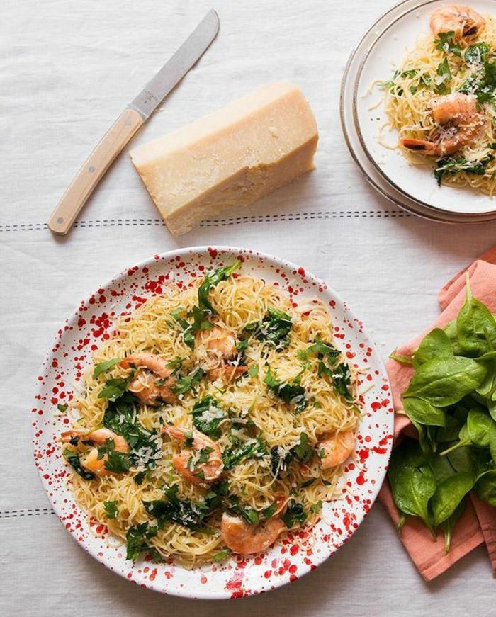 ensaladas super originales con recetas, ensalada con espinacas, queso rallado y gambas