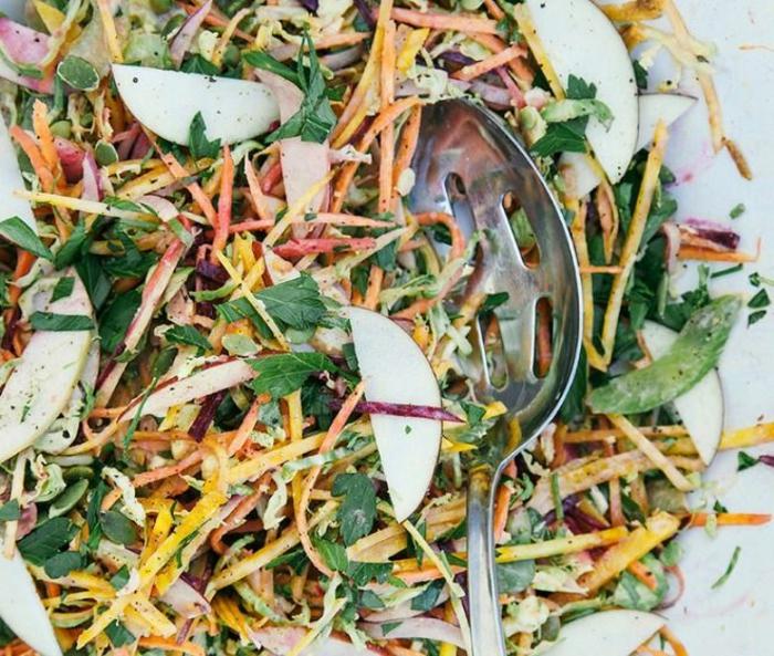ideas de ensaladas para adelgazar en bonitas fotos, ensalada de manzanas, zanahorias y verduras