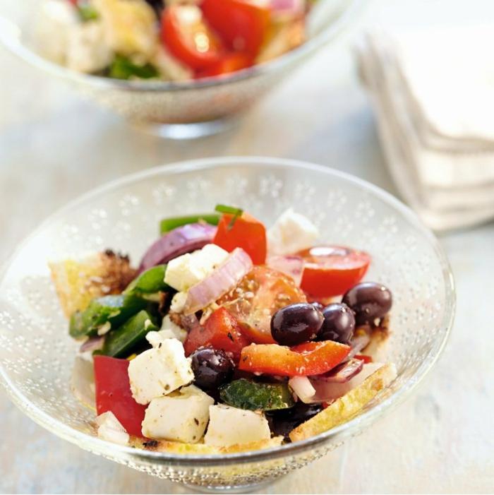 originales propuestas de ensaladas para adelgazar, ensalada con aceitunas negras, cebolla y queso blanco