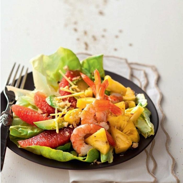 aliños para ensaladas originales, ensalada con lechuga, frutas, gambas, aguacate y queso rallado
